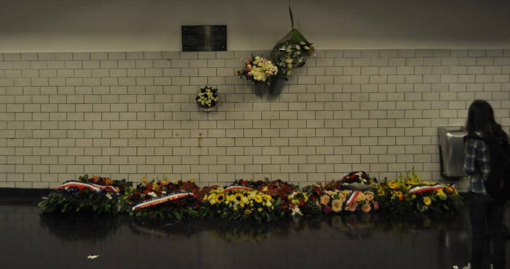 Gare_de_Saint-Michel_plaque_fleurie_attentat_1995.jpg