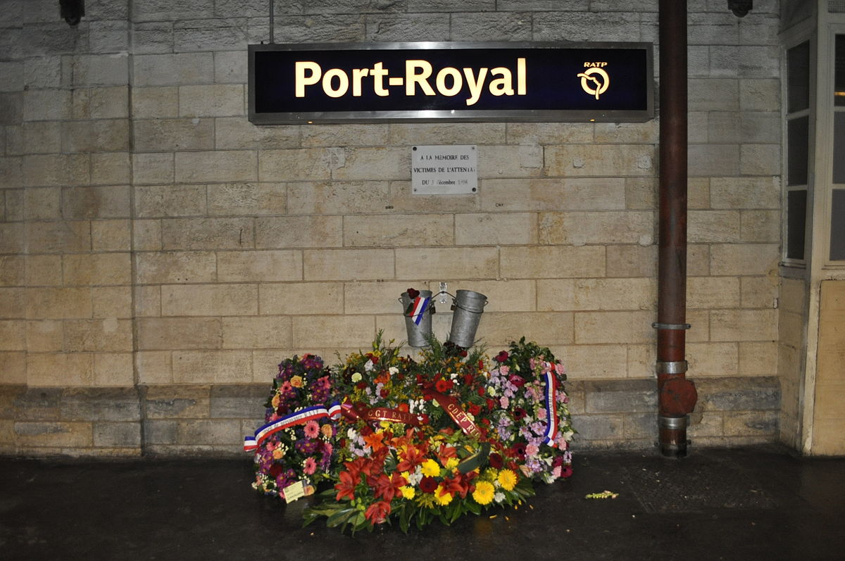 Gare_de_Port-Royal_plaque_fleurie_attentat_1996.jpg