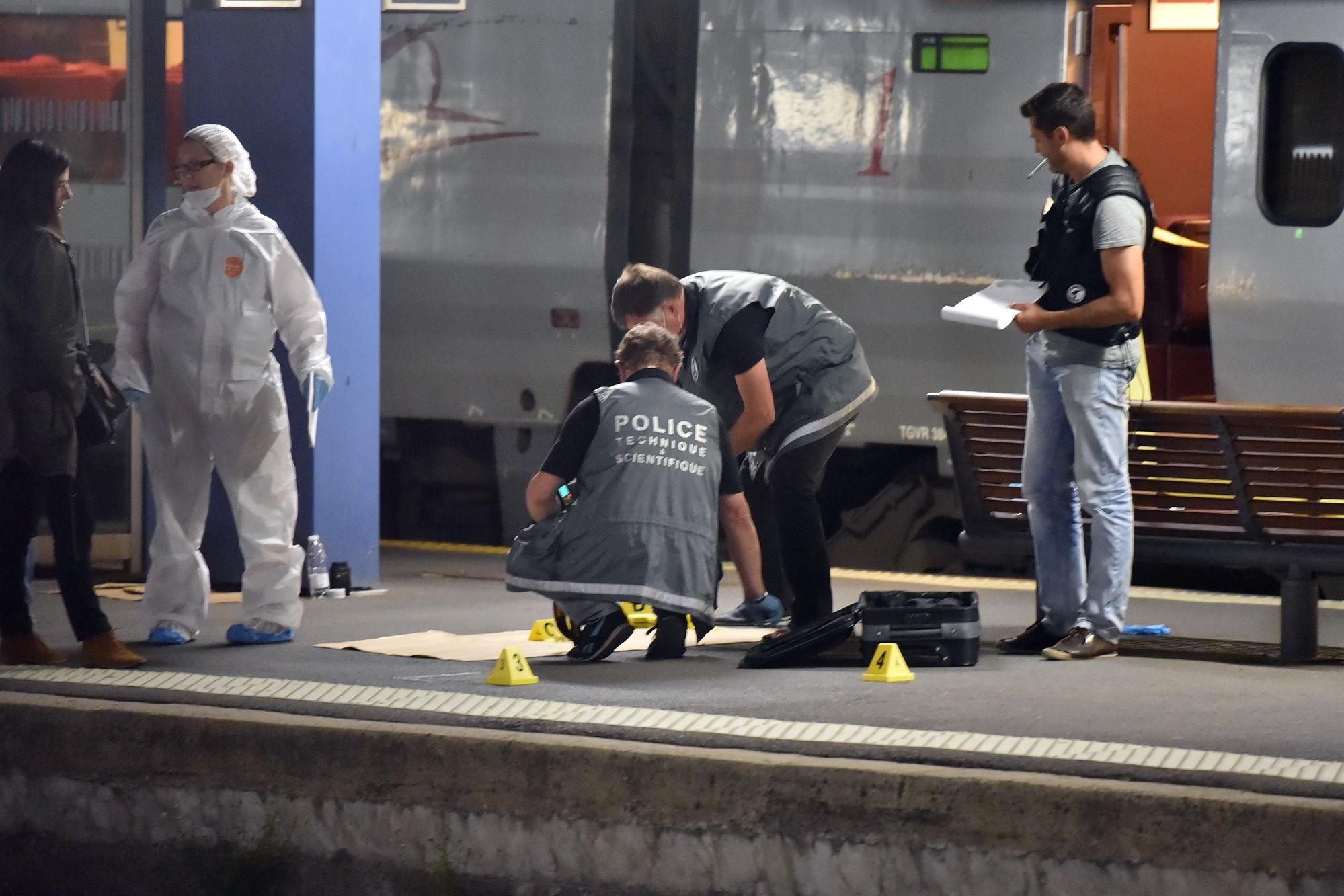 7779469698_des-enqueteurs-devant-le-thalys-ou-l-attaque-a-eu-lieu-le-21-aout-2015-a-arras-pas-de-calais.jpg